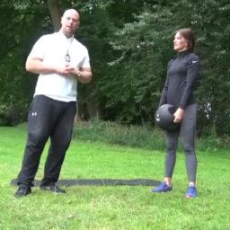 Ausfallschritt mit Schulterdrücken - So gehts richtig