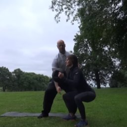 Personal Trainer - Kniebeuge mit Medizinball Rotation - So funktioniert es